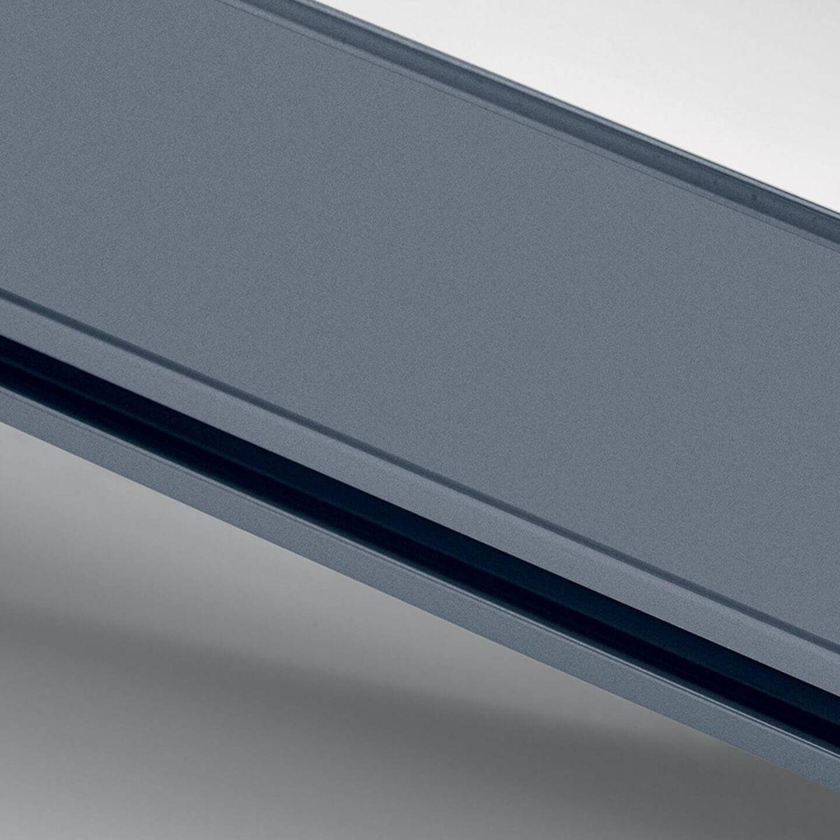 Finitura alluminio anodizzato blu chimico per parete in vetro