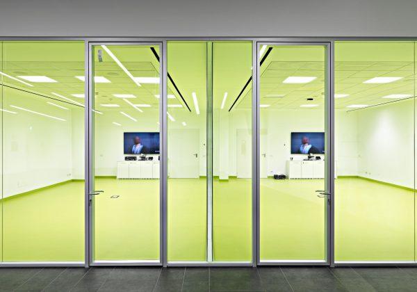 Parete mobili in legno e vetro uffici Abmedica - Evolvinwall