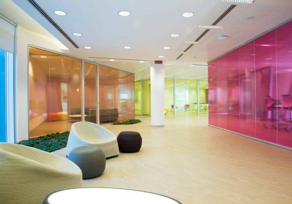 pareti divisorie vetro colorato uffici Astellas - Evolvinwall
