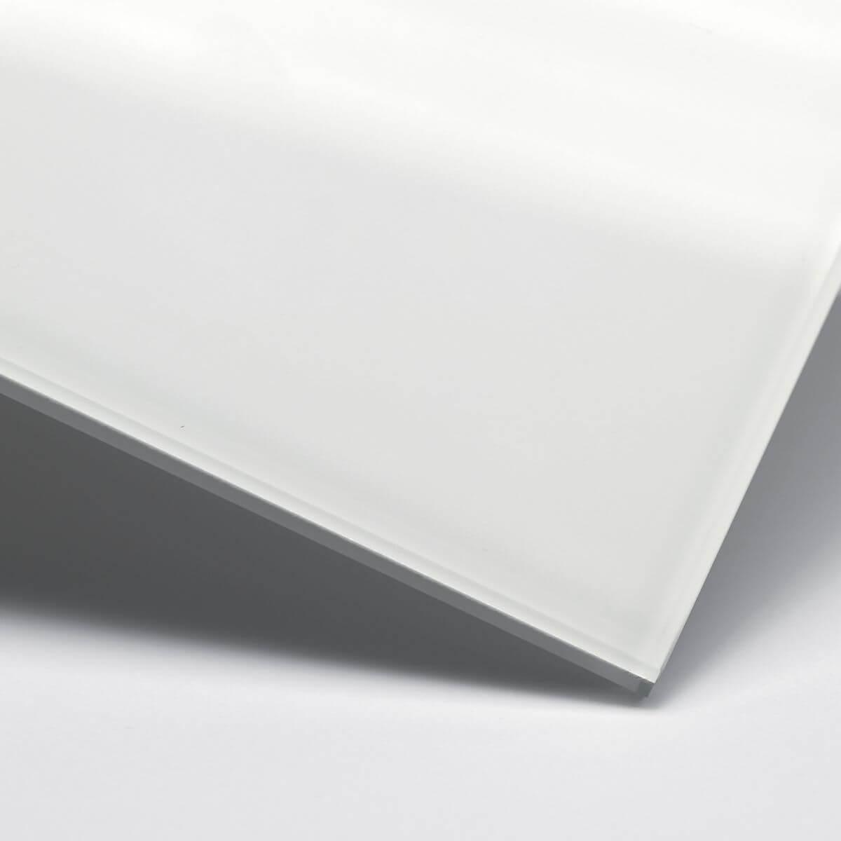Finitura: Vetro con pellicola interna bianca coprente